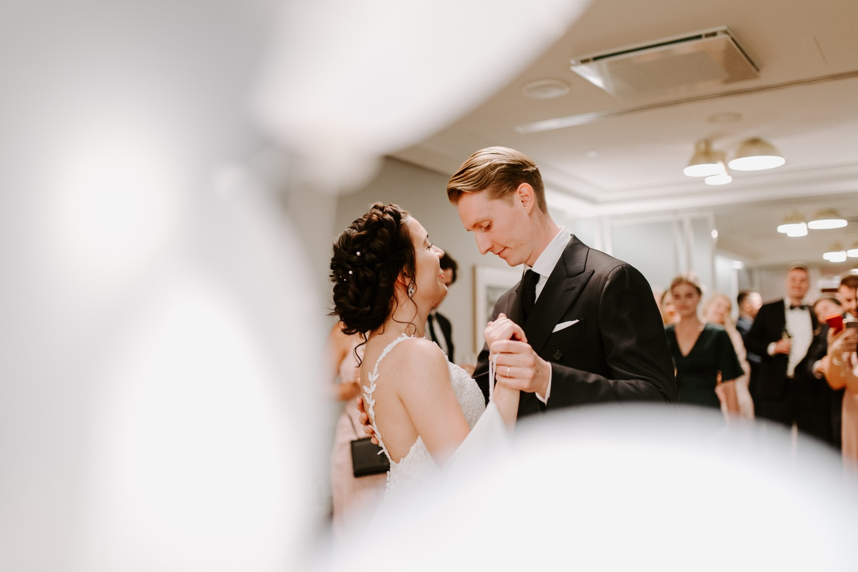 First dance in St. George Hotel Helsinki. Helsinki hääkuvaaja. Wedding photographer Helsinki.