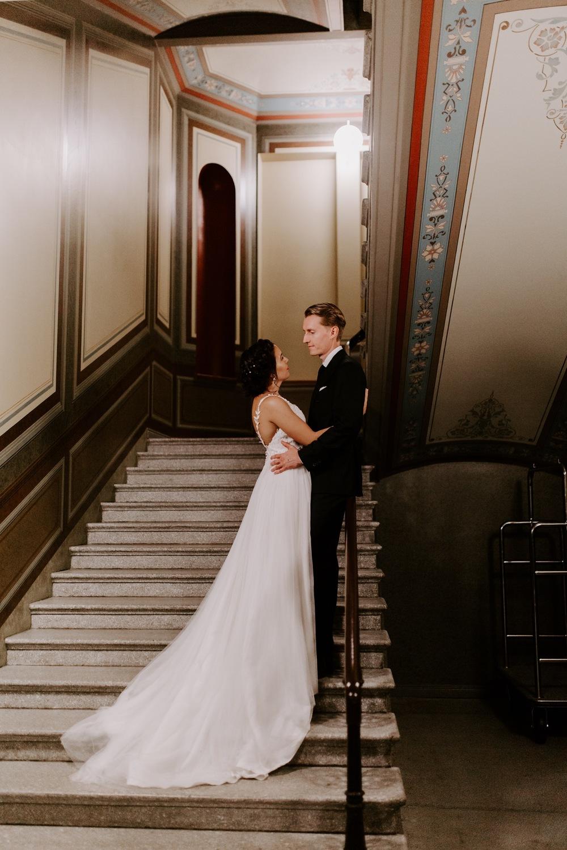 St. George Hotel Helsinki hääportretit. Wedding portraits in staircase. Hääkuvaaja Helsinki. Helsinki wedding photographer.