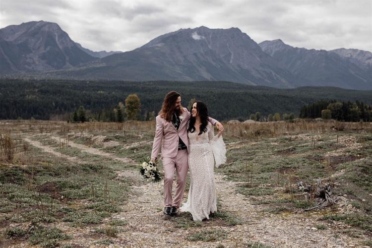 https://content1.getnarrativeapp.com/static/23e19404-2c5e-47fd-a016-9443f0d9269d/hillside-lodge-golden-bc-wedding-barebeauty-photographers-indiebride-monlaysa-Florals-loloandnoa-boho-mountains-wedding-destination-rockymountains.jpg?w=750