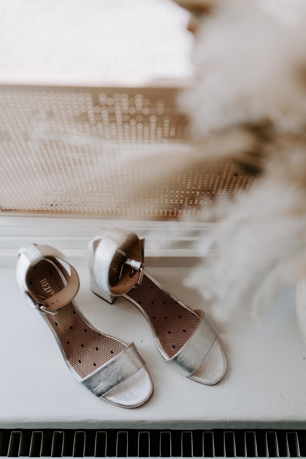Hopeat hääkengät wedding details silver bride shoes.