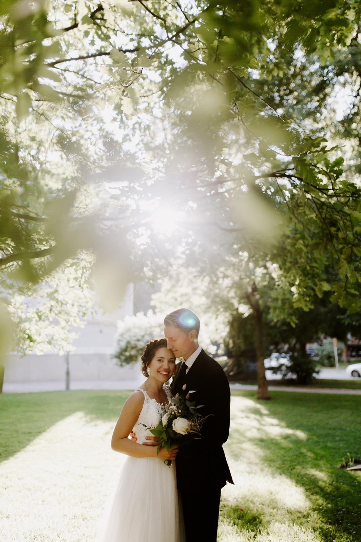 Vanha kirkkopuisto hääportretit. Helsinki hääkuvaaja Helsinki wedding photographer.