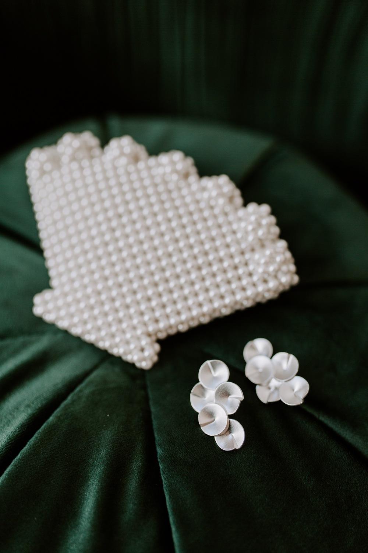 Morsiamen korvakorut ja seashell laukku. Bride's earrings and seashell purse.