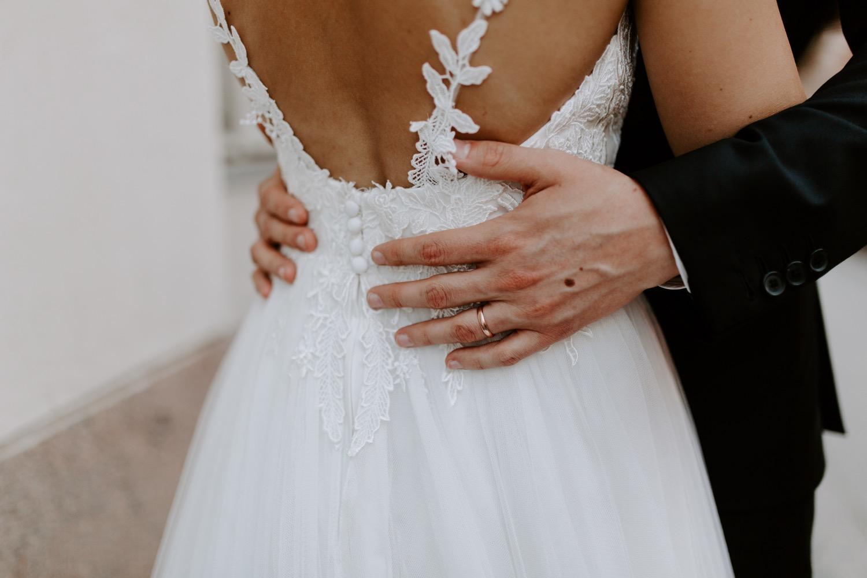 Minimal bridal portrait ring details. White background bride and groom embracing. Helsinki hääkuvaaja.