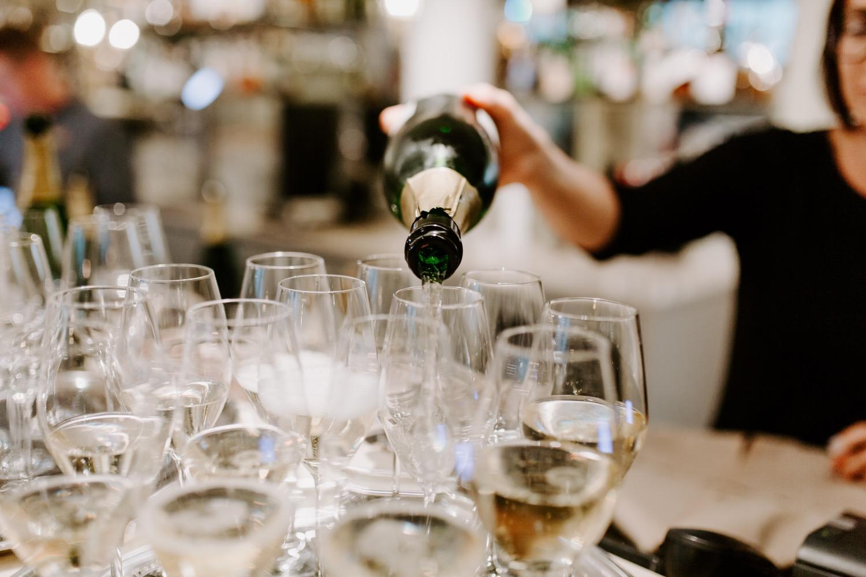 Wedding photographer Helsinki. Helsinki hääkuvaaja. Champagne pouring into glasses. St. George Helsinki.