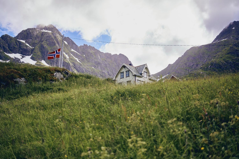 Bryllup på Bjørnsand i Lofoten featured Brudepar