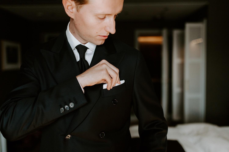 Groom getting ready in St. George Hotel Helsinki. Helsinki hääkuvaaja. Helsinki wedding photographer.
