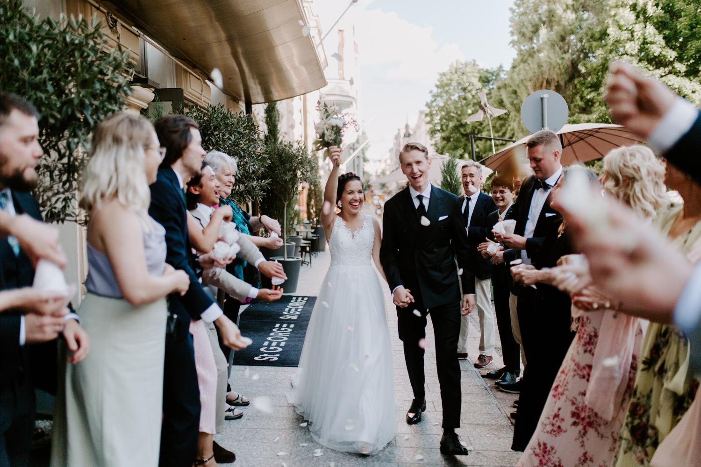 St. George Hotel Helsinki bride and groom exiting. City wedding in Helsinki. Helsinki hääkuvaaja.