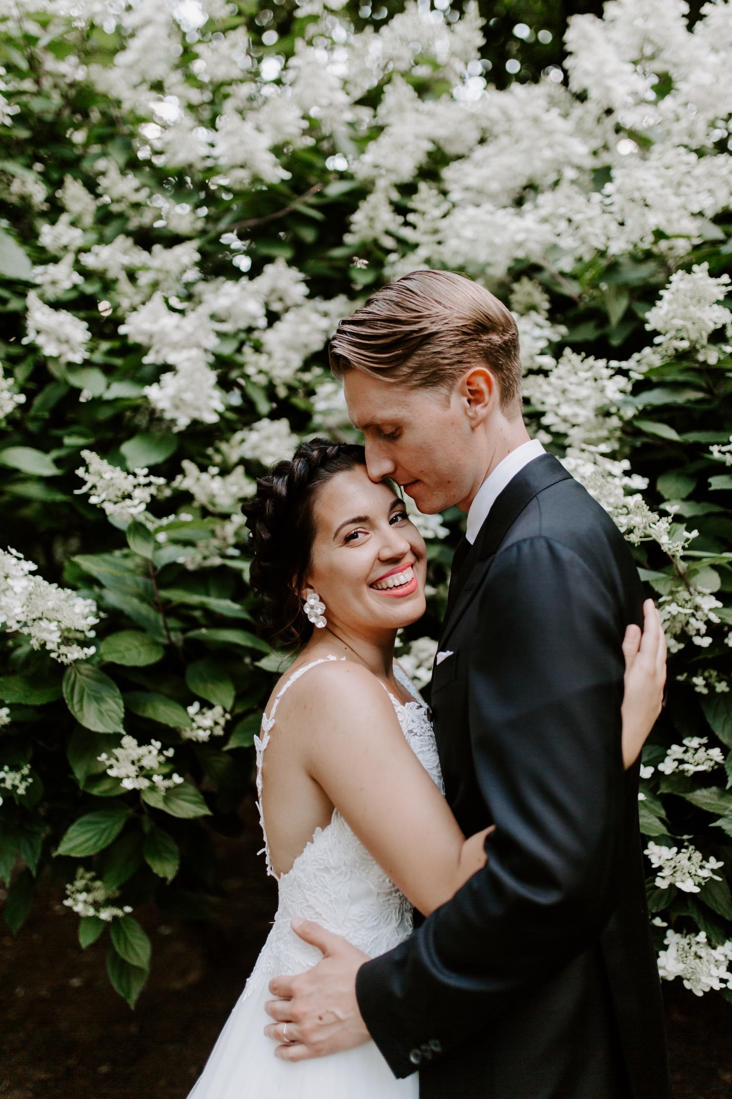 Bride and groom in the bushes. Helsinki hääkuvaaja.