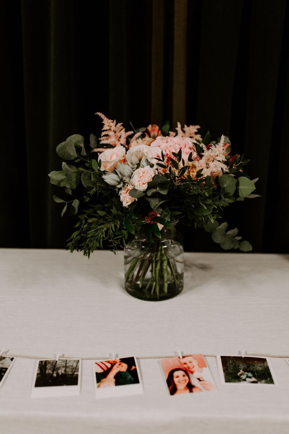 Hääkimppu yksityiskohdat. Wedding decorations with photos.